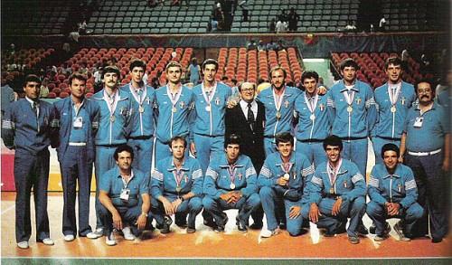 La nazionale italiana di pallavolo in posa dopo la conquista della medaglia di bronzo