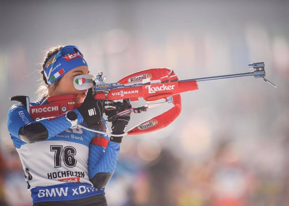 Dorothea Wierer al tiro durante una gara dei Mondiali di Hochfilzen