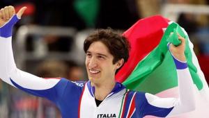 Enrico Fabris esulta dopo l'oro ottenuto nei 1500 metri a Torino 2006