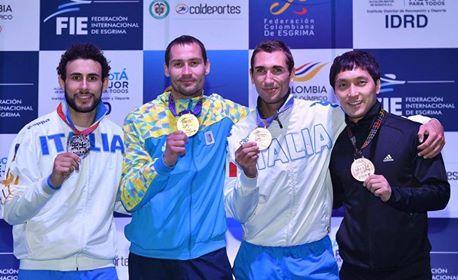 Fichera e Munzone posano, mostrando sul podio le medaglie conquistate a Bogotà
