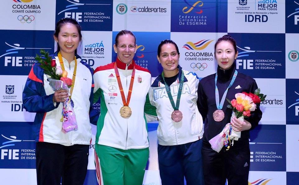 Alberta Santuccio posa mostrando orgogliosamente la medaglia conquistata a Bogotà