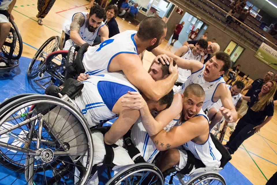 La nazionale italiana di basket in carrozzina esulta dopo la vittoria contro Israele per la qualificazione ai Mondiali 2018