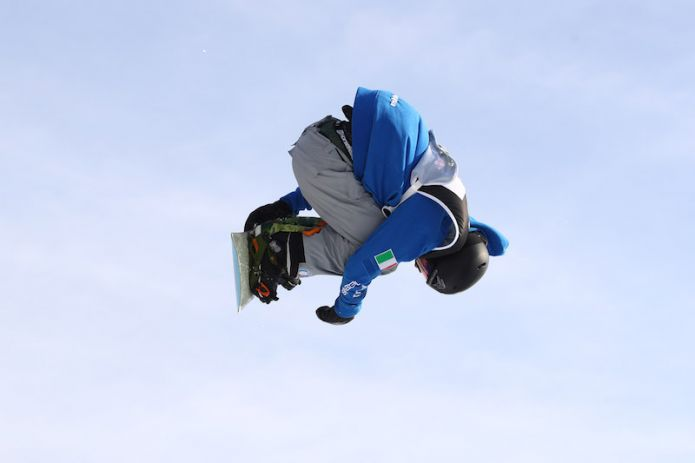 Alberto Maffei in azione durante la tappa di Milano della Coppa del Mondo di snowboard 2017