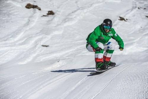 Jacopo Luchini in azione sullo snowboard