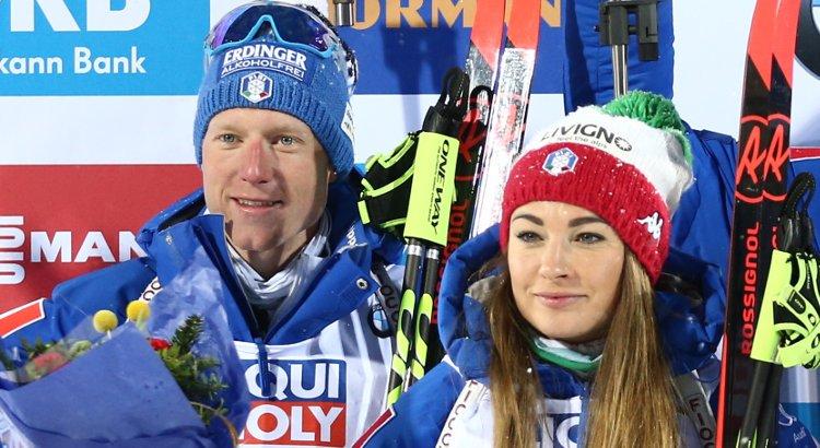 Lukas Hofer e Dorothea Wierer in posa sul podio della staffetta single mixed dei Mondiali di Östersund